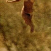 Naga na łące - naturlanie, że naturyzm