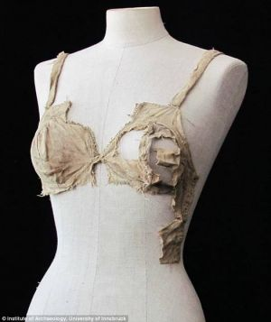 biustonosz - bikini z XV w.